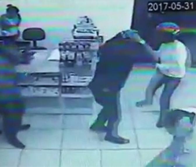 Assaltante entra em farmácia cheia de policiais armados! Veja o resultado