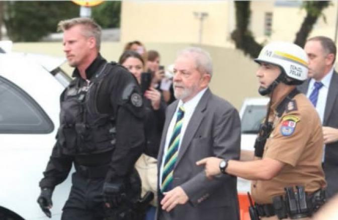 """""""Policial gato"""" que escoltou Lula em Curitiba cai nas graças da internet"""