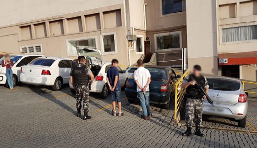 A conversa de suspeito por telefone na presença de policiais como prova criminal