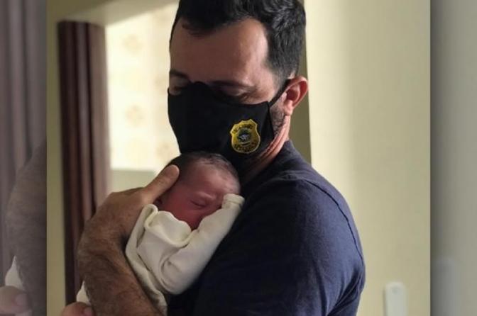 Escrivão da Polícia Civil faz parto da própria filha em casa em Goiás