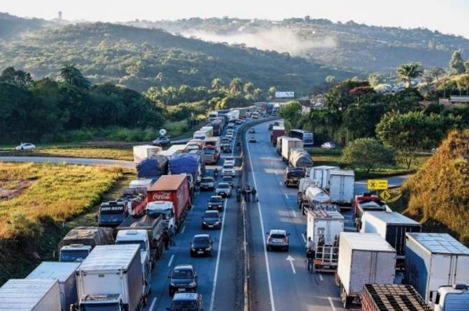 Caminhoneiros paralisam rodovias em 14 estados e acendem alerta