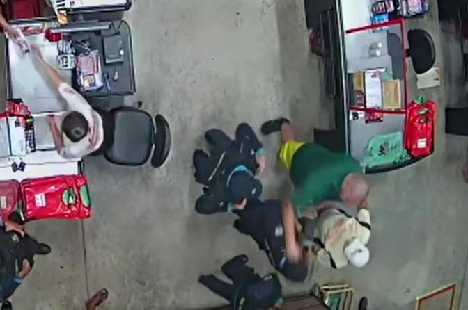 Sargento 'gigante' se recusa a usar máscara e dá um soco em coronel dentro de supermercado; vídeo