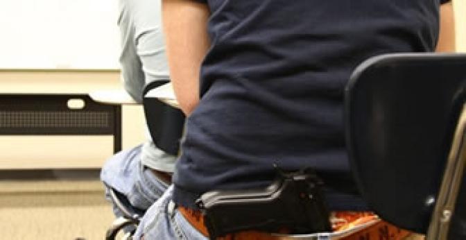 Aluno pode portar arma de fogo dentro de sala de aula?