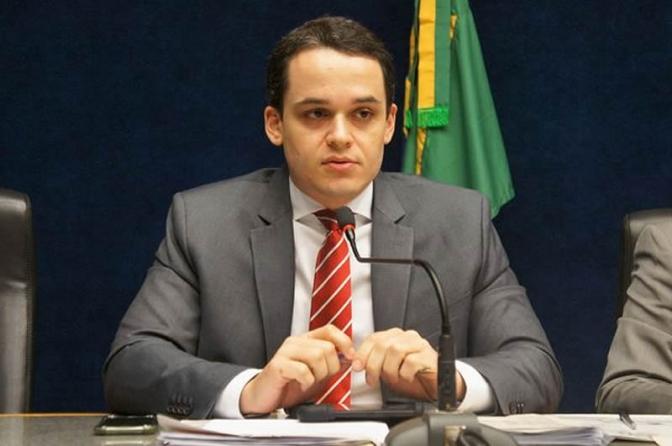 Deputado delegado retira invasor de dentro de condomínio em Vitória