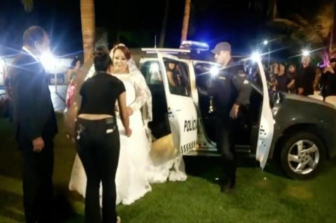'Era um sonho', diz noiva que chegou ao casamento em carro da Polícia Militar