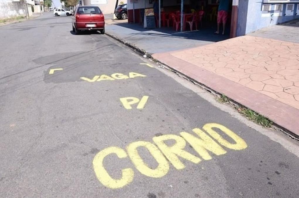 Cansado de vagas ocupadas por outros veículos em frente a loja, comerciante pinta mensagem: 'vaga para corno'