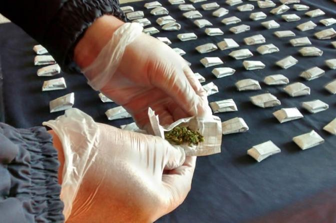 Encomendar drogas, mesmo sem a entrega efetiva, configura crime de tráfico