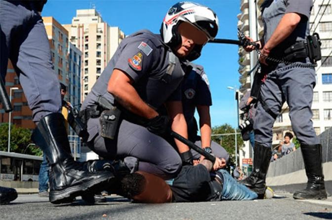 PM branco agride policial civil negro: 'Que polícia, que nada! Vai, negão, deita'