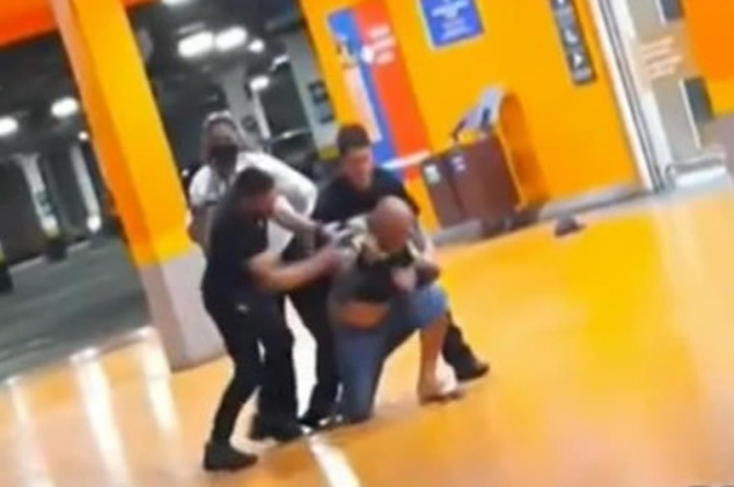 Câmera de segurança mostra início da confusão antes da morte de João Alberto no RS