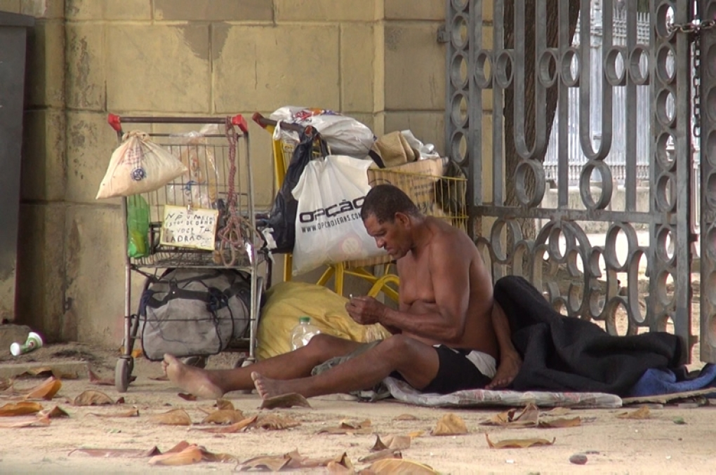 Delegado libera morador de rua que defecou e critica serviço público
