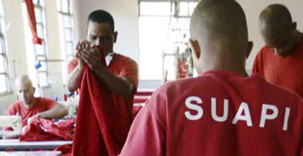 """Obrigação de """"raspar"""" cabelo, barba e bigode dos presos e uso de uniformes"""