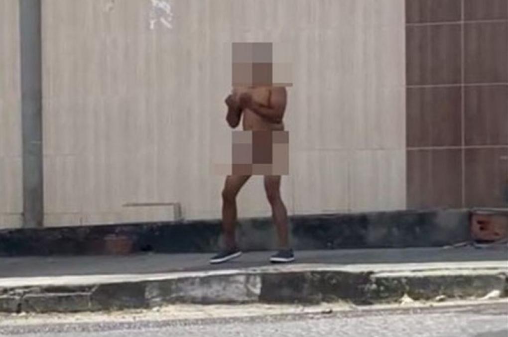 Em surto, policial militar fica nu e atira contra o chão na Bahia; vídeo