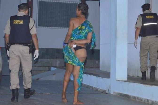 Travesti é presa em cela feminina e engravida detenta