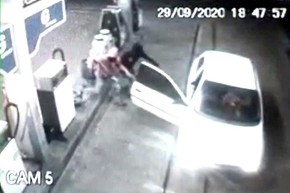 Bandidos armados desistem de assalto a posto e fogem após reconhecerem delegado calibrando pneus