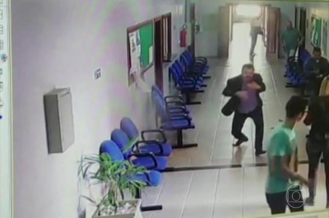 Vídeo mostra juiz fugindo de gabinete após ser baleado por homem armado