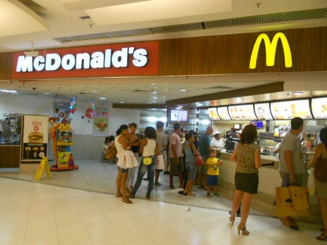Bandido pede lanches de graça, ouve não e metralha McDonald's do Rio