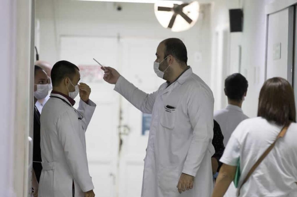 Quem tossir em profissionais de saúde poderá ser preso