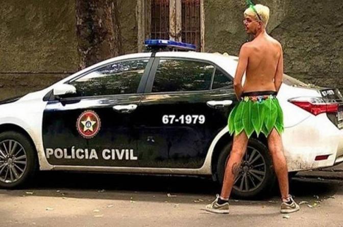 Advogado fantasiado de Sininho é indiciado por urinar em viatura policial