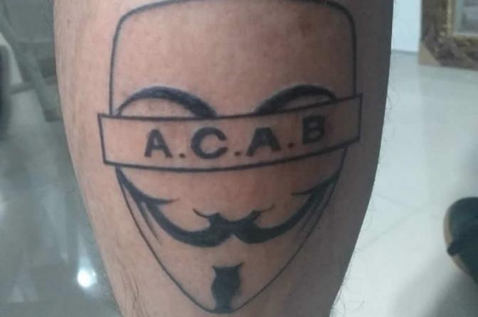 Novos tipos de tatuagensACAB e 1312 remetem violência contra policiais