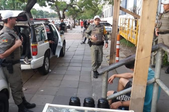 Com viaturas lotadas, preso é algemado a corrimão no Palácio da Polícia, em Porto Alegre