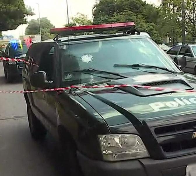 Criminoso algemado toma arma de policial e atira contra ele dentro de viatura