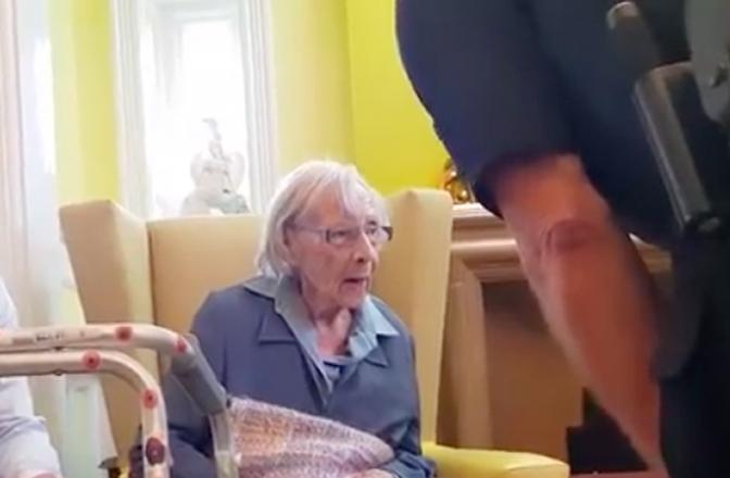Idosa de 104 anos realiza sonho de ser algemada e presa pela polícia! Veja o vídeo!