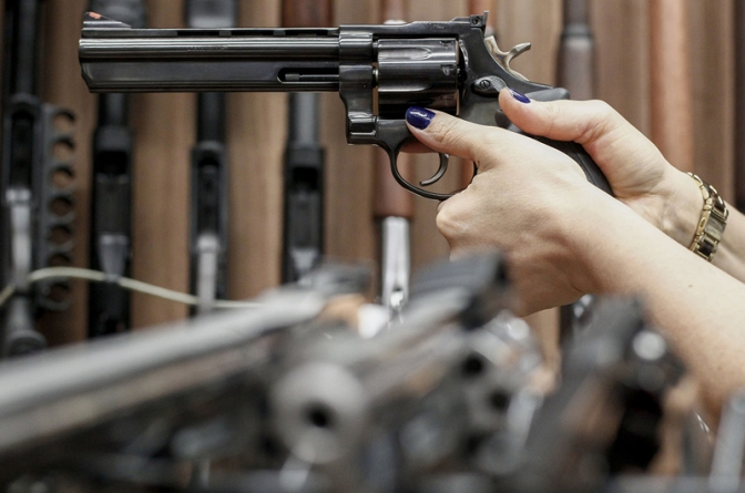 Novo decreto de armas de fogo é um tiro no pé — e o crime agradece