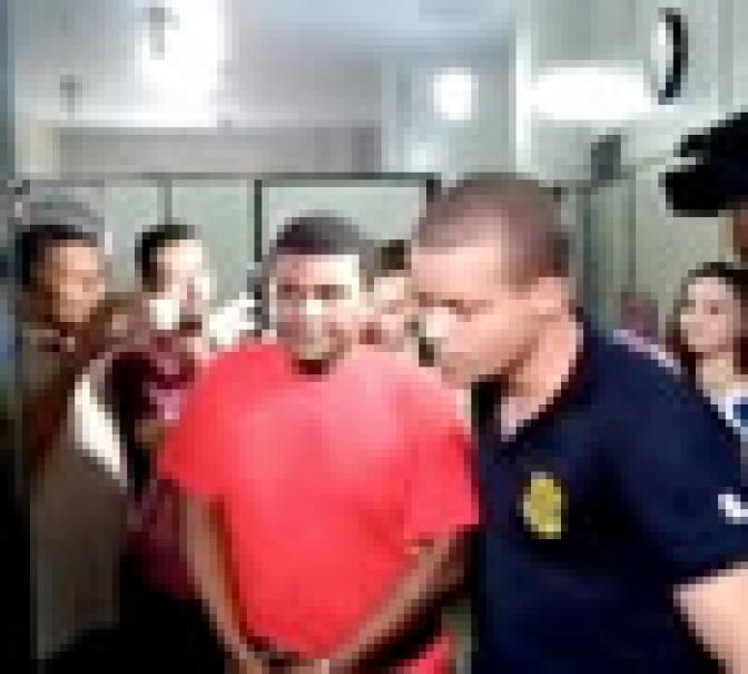 Preso e algemado, vereador reeleito toma posse no interior de Minas; veja o vídeo!