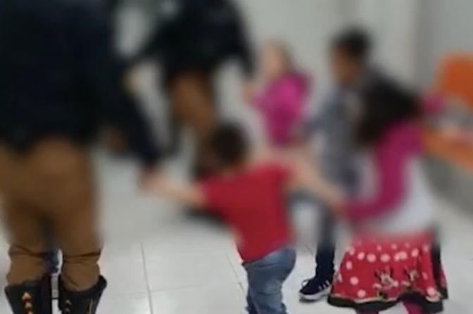 Crianças brincam de roda na delegacia,após pais serem presos suspeitos de tráfico de drogas