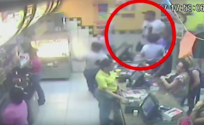 Bandido pede lanches de graça, ouve não e metralha McDonald's