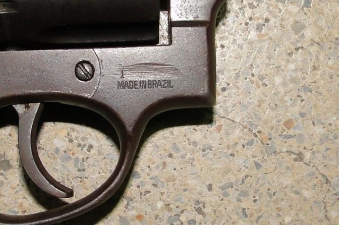 Porte de arma de fogo com numeração raspada não é crime hediondo, decide STJ