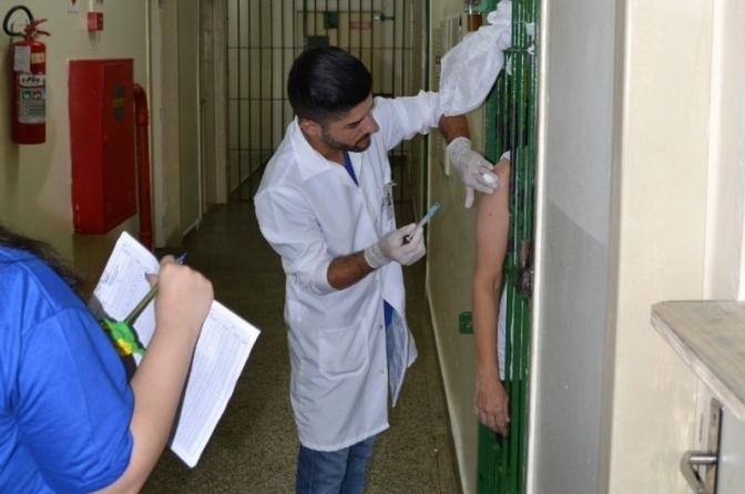 Ministério da Saúde manda presos serem vacinados antes de policiais; secretários se revoltam