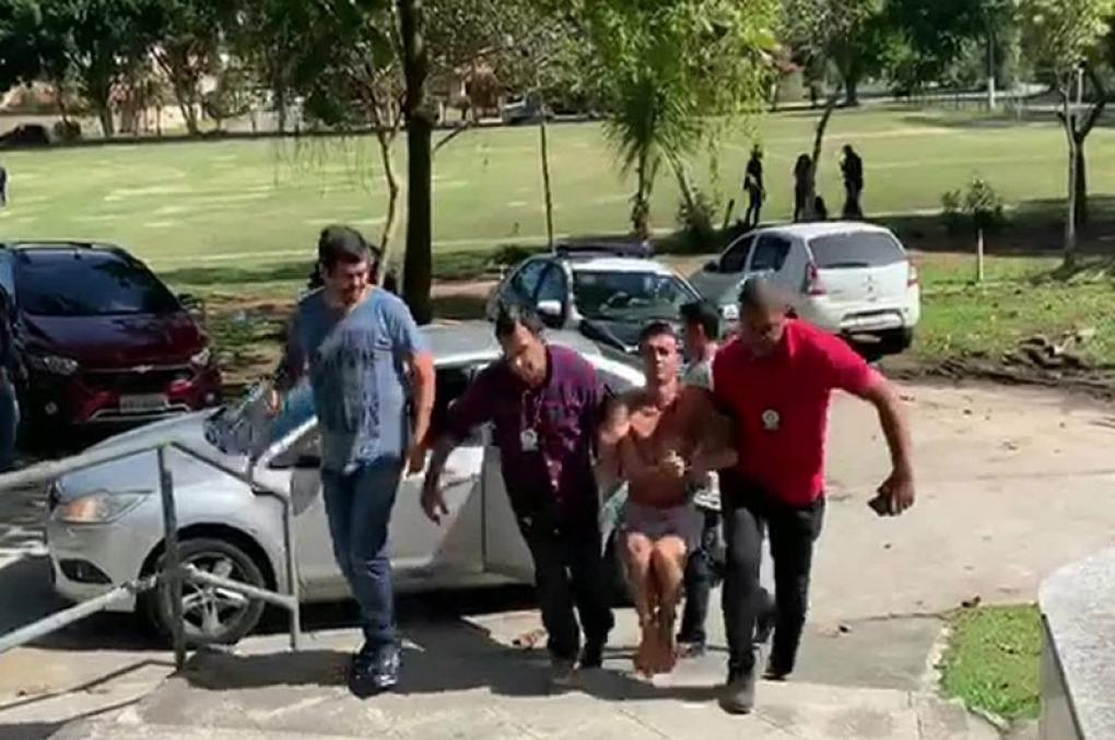Algemado nas mãos e nos pés, maior ladrão de ônibus do Rio é carregado até delegacia