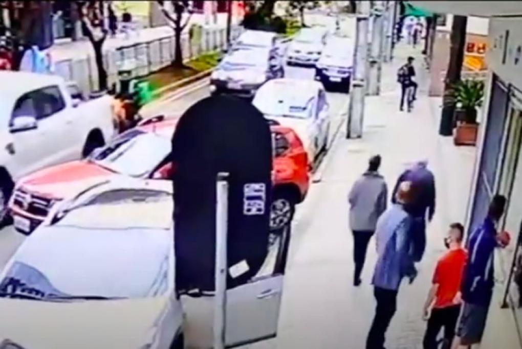 Delegado dá de cara com traficante vendendo cocaína em rua movimentada de Curitiba, veja o vídeo