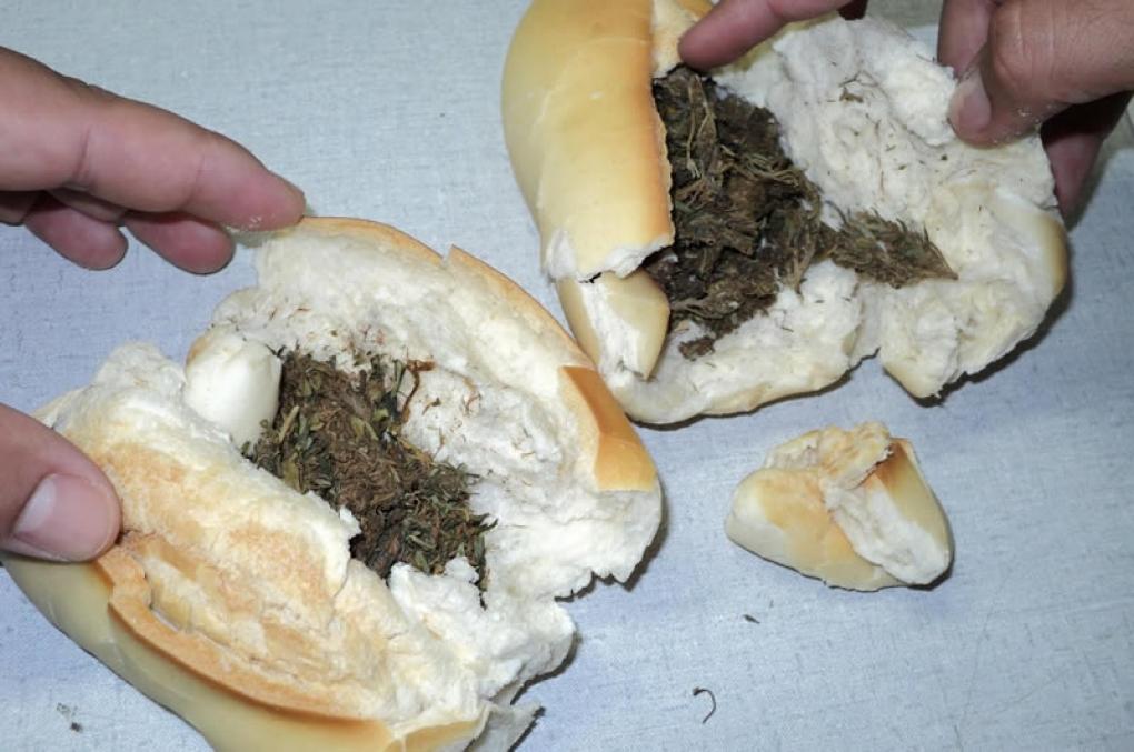 """Homem é preso após tentar entregar """"sanduíche de maconha"""" na delegacia"""
