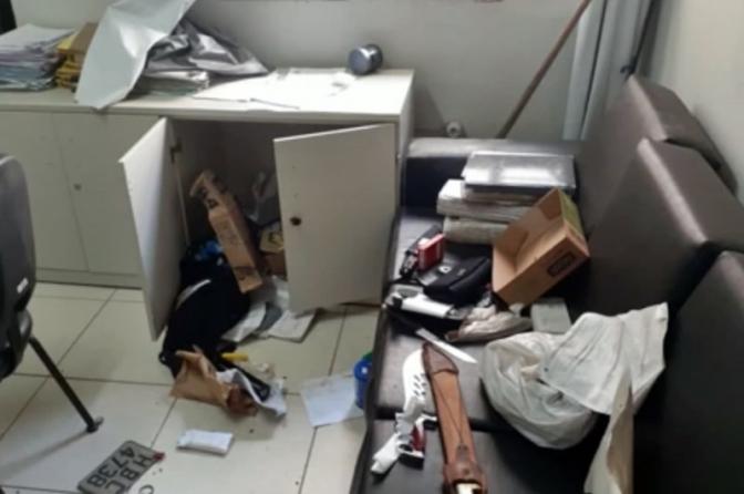 Ladrão invade delegacia pela sala do delegado e furta drogas e armas em Minas