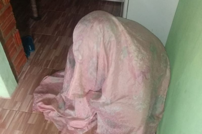 Acusada de roubar salões de beleza tenta enganar a polícia se escondendo debaixo de tapete