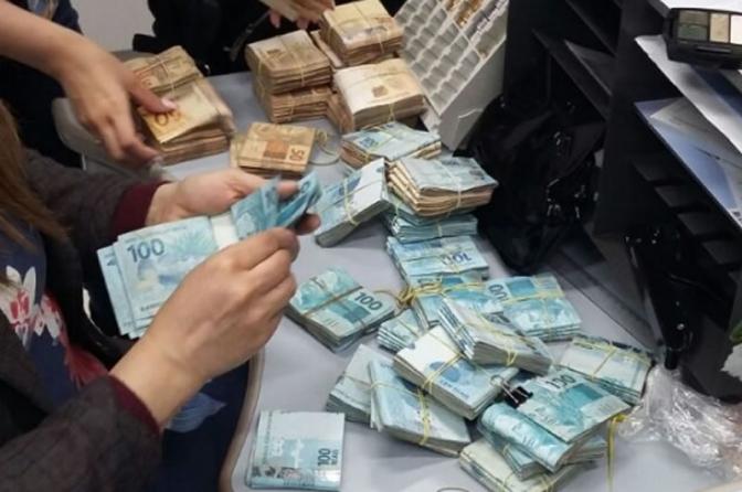 Sobre lavagem de dinheiro simultânea ou concomitante