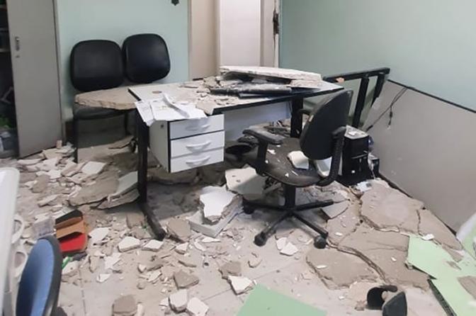 Teto desaba e destrói equipamentos em delegacia de Santos