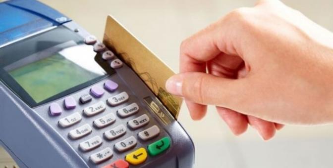 Cobrar mais para pagamento com cartão de crédito é prática abusiva?