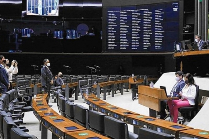 """Juristas veem """"jabuticaba"""" e """"revanche"""" em PEC que dificulta prisão de parlamentares"""