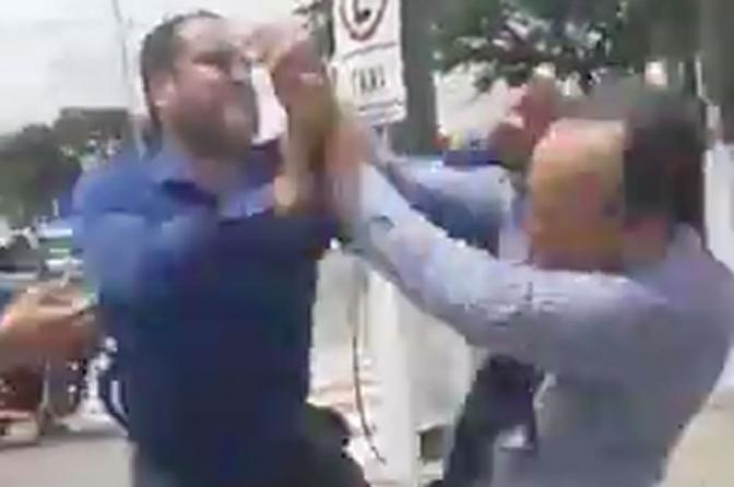 Dois advogados brigam na calçada do tribunal por causa de processo; veja o vídeo!