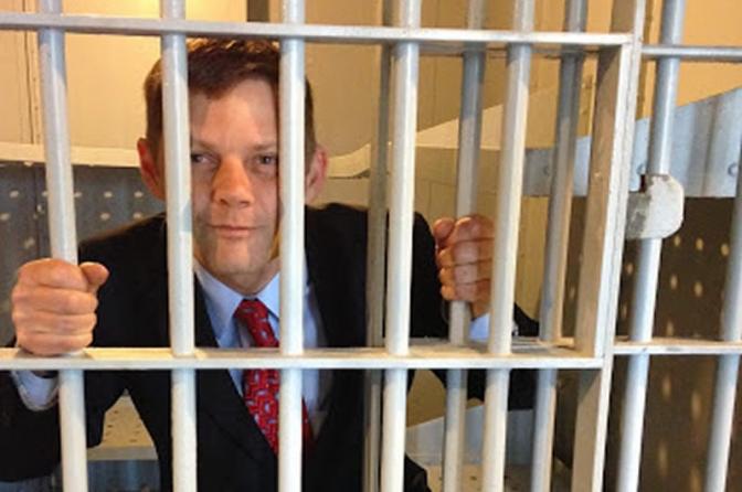 Advogado é preso e algemado após desacatar policiais civis em delegacia do DF