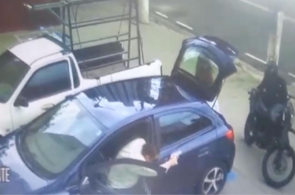 Delegado reage a roubo no momento certo e mete bala em assaltantes; veja o vídeo