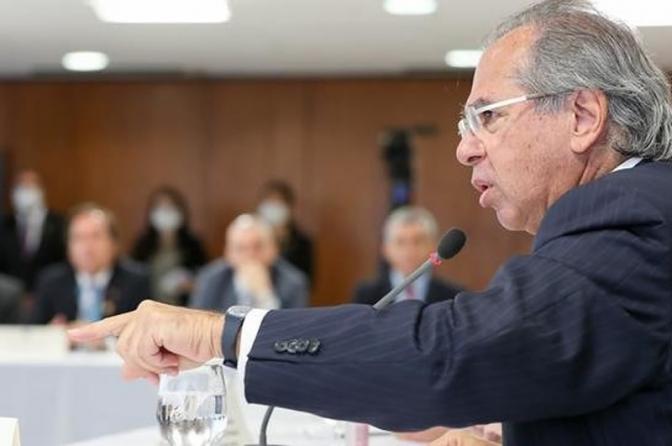 Suspensão de reajuste de servidores é 'granada no bolso do inimigo', diz Guedes em reunião