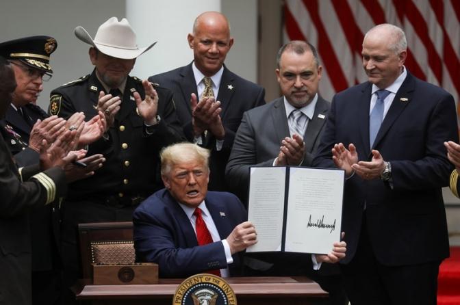 Trump assina decreto para reforma no sistema policial dos EUA