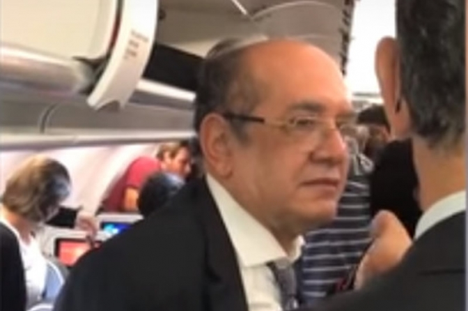 Gilmar Mendes é escrachado e 'colocado' pra fora de avião aos gritos. Veja vídeos