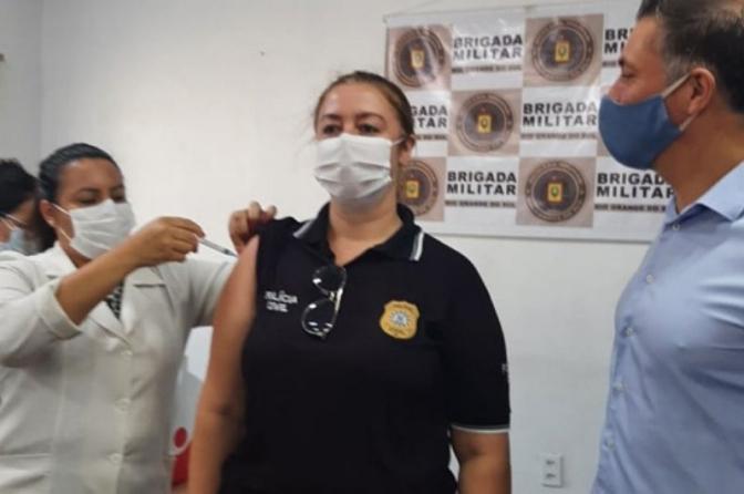 Bagé é a primeira cidade do país a começar a vacinar os profissionais da Segurança Pública