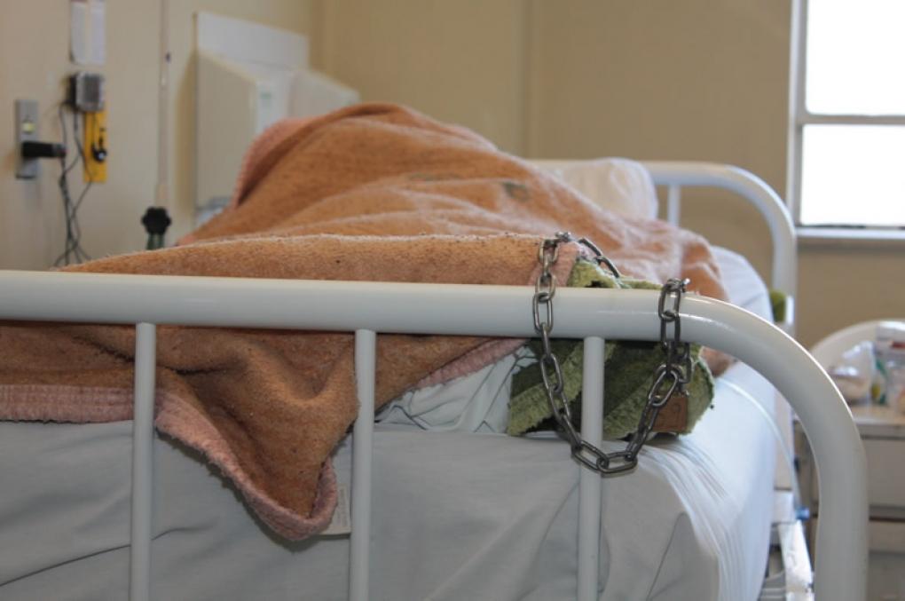 Decisões e atos sobre a responsabilidade da custódia de autuados internados em hospitais