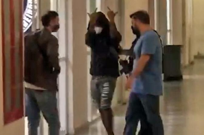 Polícia localiza Nego do Borel em motel no Rio; cantor faz gesto obsceno ao chegar a delegacia